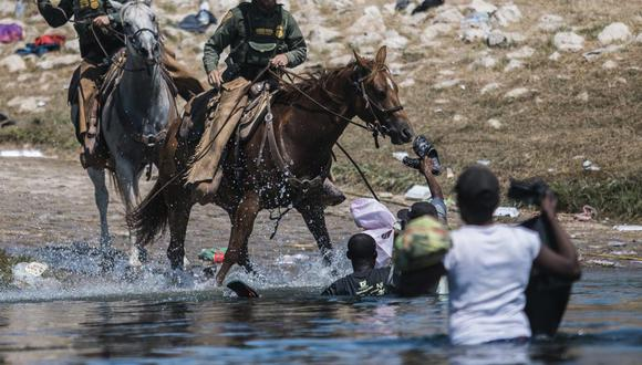 Agentes de la Patrulla Fronteriza subidos a caballo en Río Grande. (Foto: AP)