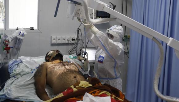 Un trabajador de la salud toma una radiografía de un paciente con coronavirus en una unidad de cuidados intensivos del Hospital Nacional en Itaugua, Paraguay. (Foto:  AP / Jorge Saenz)