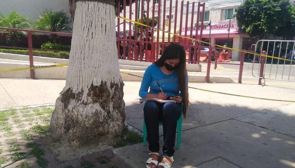 Hadassa Desiree, de 14 años, cursa el tercer grado de secundaria. Ella llega todos los días a las 8:30 de la mañana a las inmediaciones del municipio de Ecatepec para iniciar su jornada académica. No tiene televisión, computadora ni señal de Internet. (El Universal de México, GDA).
