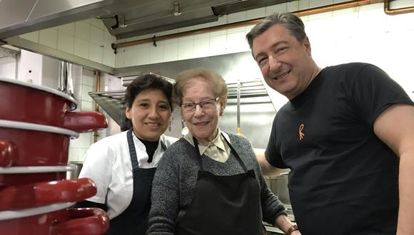 Gladys Cabrera Aldui es peruana y creció en Magdalena, junto a la Virgen al final de la Brasil. Aquí está junto a la jefa, Montserrat Fontané, y el chef Joan Roca. (Foto: El Celler de Can Roca)