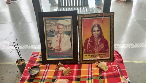 Foto del 17 de septiembre del 2020 con retratos de Joginder Chaudhary (izq) y de su madre Premlata. Joginder, un médico de 27 años, falleció por el coronavirus y su madre corrió la misma suerte pocas semanas después. Es posible que él, un devoto médico, la haya contagiado a ella. (Courtesía de Kapil Chaudhary vía AP).