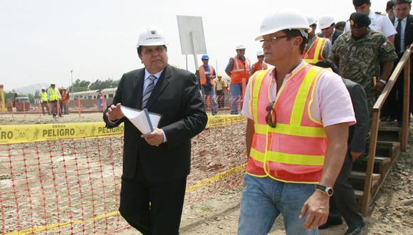 Alan García y Jorge Barata inspeccionando la obra de la línea 1 del metro de Lima en marzo del 2010. (Foto: Presidencia)