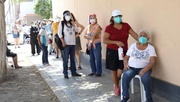 Cientos de adultos mayores y sus familiares hicieron colas por más de una hora para acceder a una dosis en la segunda jornada de vacunación realizada el miércoles 31 de marzo en el Cercado de Lima. (Britanie Arroyo / @photo.gec)