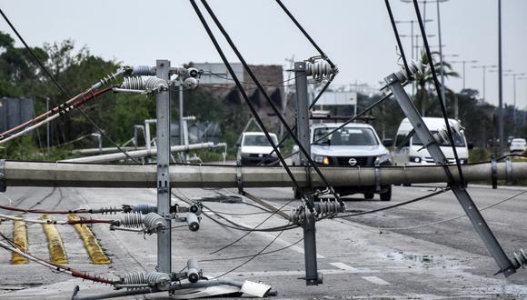 Vista de líneas eléctricas caídas después del paso del huracán Zeta, en Puerto Morelos, estado de Quintana Roo, México, el 27 de octubre de 2020. (Foto de ELIZABETH RUIZ / AFP).