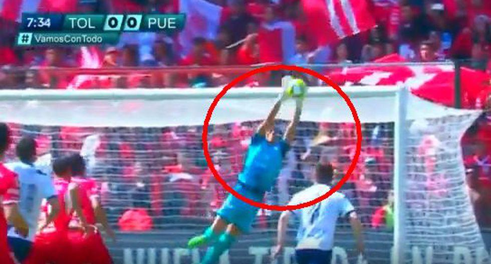Jesús Rodríguez, el arquero del Puebla, evitó un gol cantando de Pablo Barrientos.