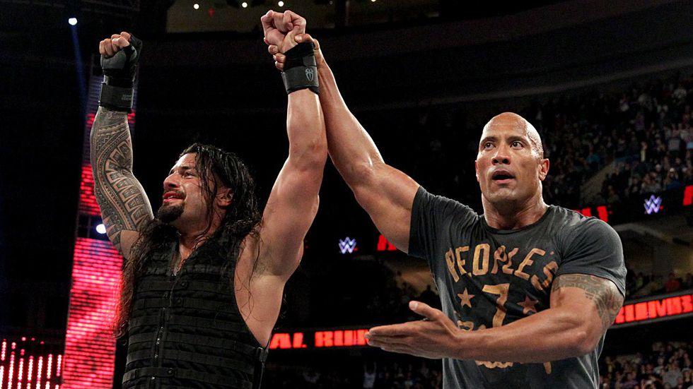 Roman Reigns ganó el Royal Rumble del 2015 y fue felicitado por su familiar, The Rock   Foto: WWE