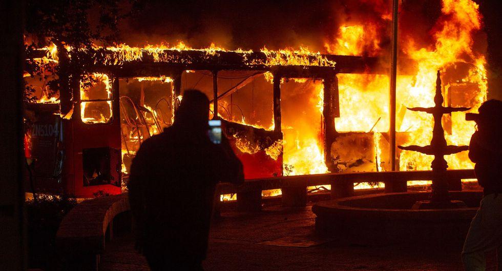Un bus de Transantiago es incendiado en la capital de Chile.  (AFP / CLAUDIO REYES).