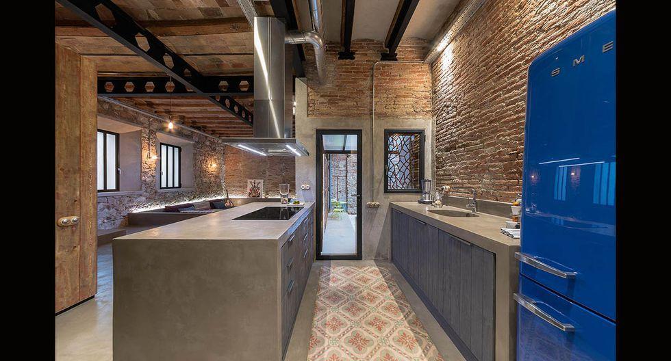 El ladrillo expuesto y el concreto pulido utilizado en los reposteros afianzan el estilo industrial de la residencia, al igual que las vigas de metal de los techos. (Foto: David Benito Cortázar/ ffwd.es)
