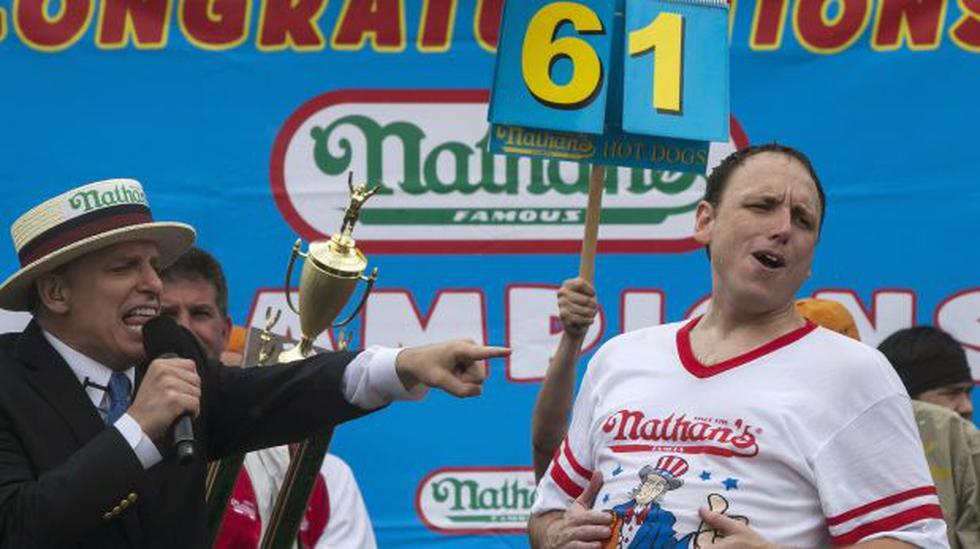 El mayor devorador mundial de hot dogs retiene su título - 1