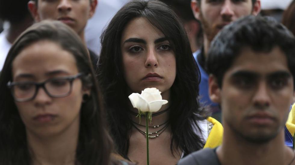 Oposición marcha en silencio tras ola de violencia en Venezuela - 8
