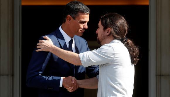 Pedro Sánchez, líder del PSOE, junto a Pablo Iglesias, de Unidos Podemos. Una alianza entre ambos no será suficiente para formar gobierno en España. (EFE/ Kiko Huesca).