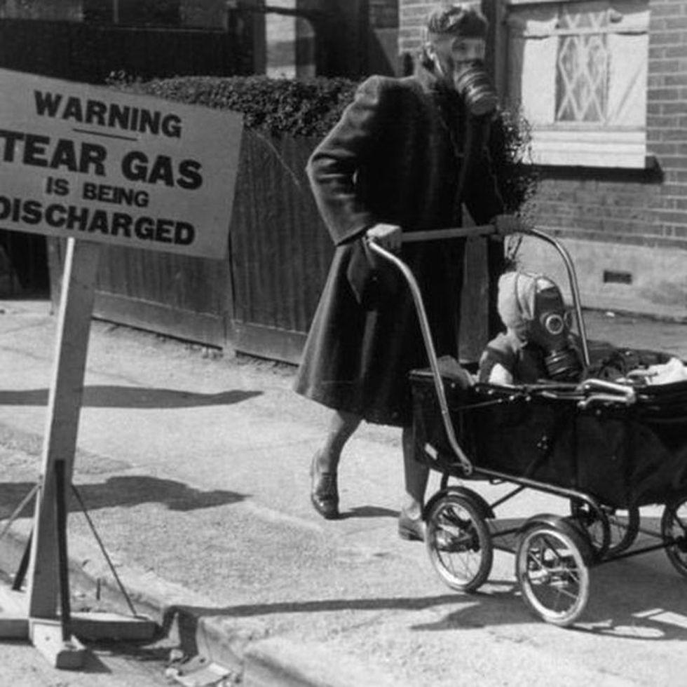 Un ensayo con gas lacrimógeno en Reino Unico en 1941.