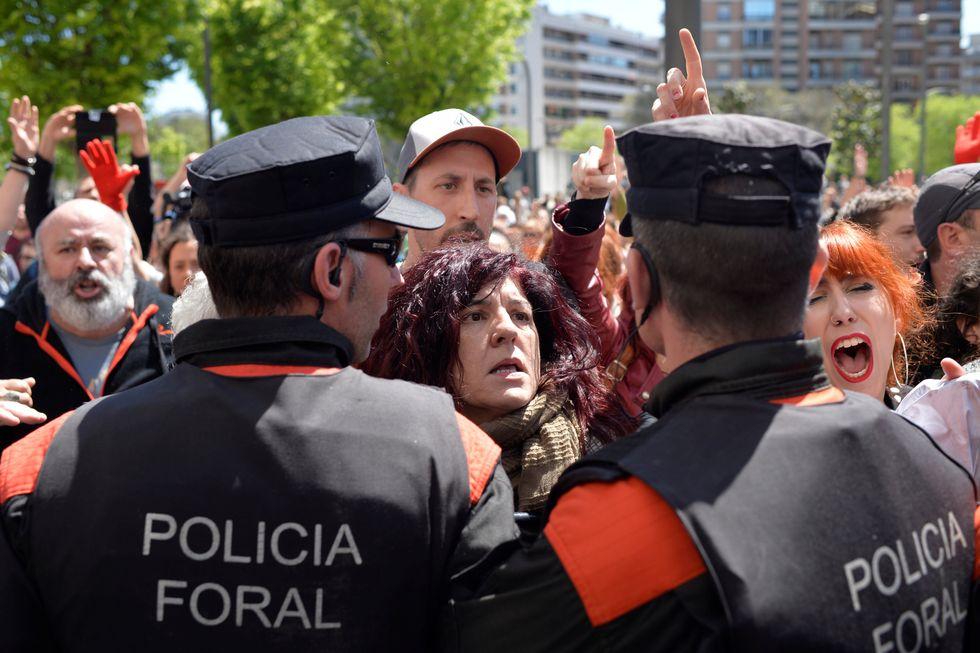 Hubo protestas en las afueras del tribunal que juzgó a La Manada. (Reuters).