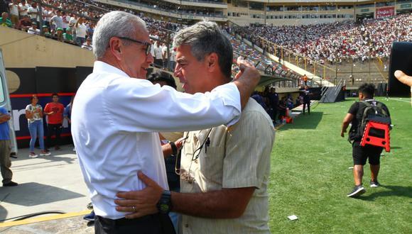 Pablo Bengoechea y Gregorio Pérez se saludaron en el clásico que marcó la despedida del DT de Alianza Lima. (Foto: Gonzalo Córdova)
