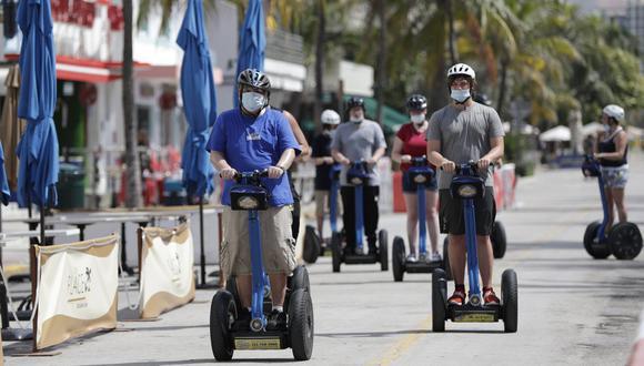 Un grupo de turistas es visto con mascarillas por el coronavirus en Miami Beach, condado de Miami-Dade, Florida (Estados Unidos). Archivo del 4 de julio de 2020. (AP/Wilfredo Lee)