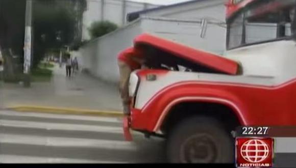 Suspendieron a cobrador y chofer por reparar bus en marcha
