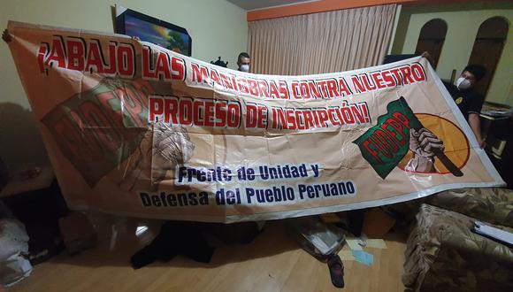 Durante las operaciones, los agentes hallaron en algunas viviendas allanadas material vinculado a organizaciones de fachada de Sendero Luminoso como esta banderola del Frente de Unidad de Defensa del Pueblo Peruano (Fuddep). (Foto: PNP)