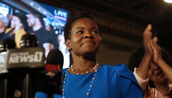 India Walton, candidata demócrata a las primarias a la alcaldía de Buffalo, pronuncia su discurso de victoria después de derrotar al titular Byron Brown, el martes 22 de junio de 2021. (Robert Kirkham / The Buffalo News vía AP).