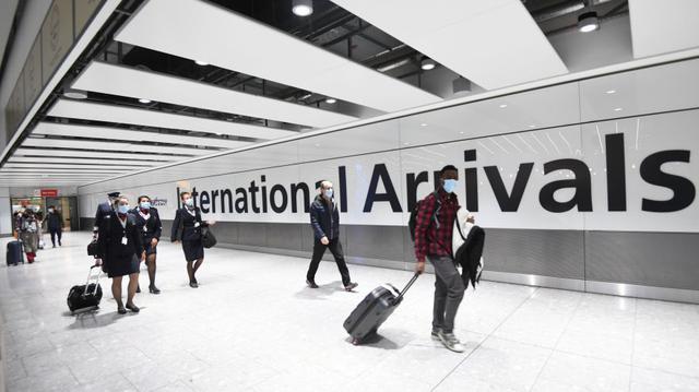 Os passageiros são vistos no Aeroporto Heathrow de Londres na segunda-feira.  (Foto: EFE / EPA / Facundo Arrizabalaga)