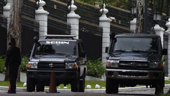 Miembros del Servicio Bolivariano de Inteligencia Nacional (SEBIN) son vistos afuera de la embajada de España en Caracas, (Foto: AFP / Federico Parra).