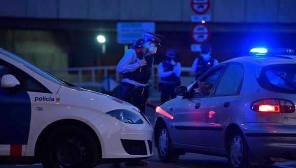 Imagen referencial de los miembros de la fuerza policial regional catalana Mossos d'Esquadra en Barcelona (España), el 30 de octubre de 2020. (Pau BARRENA / AFP).