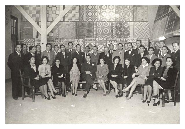 TODO QUEDABA EN FAMILIA. Varios miembros de los Rosselló pueden verse en esta foto de los años 40. Para entonces ya estaban recuperados de la crisis económica de la década anterior. Destaca la figura de Gonzalo Rosselló, padre de Diego y abuelo de María Luisa (fila de atrás, tercero desde la derecha, de lentes).
