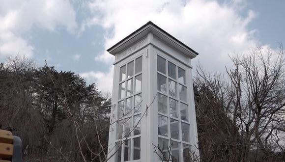 La cabina blanca, ubicada en una ventosa colina en Otsuchi, a orillas del océano Pacífico, contiene un teléfono negro antiguo desconectado. (Foto: BBC Mundo)