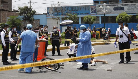 Los asesinos iban a bordo de un vehículo blanco con un letrero de taxi y al parecer habrían seguido a Ruiz Prado desde la casa de este para luego interceptarlo y dispararle. (Foto: Diana Marcelo / @photo.gec)