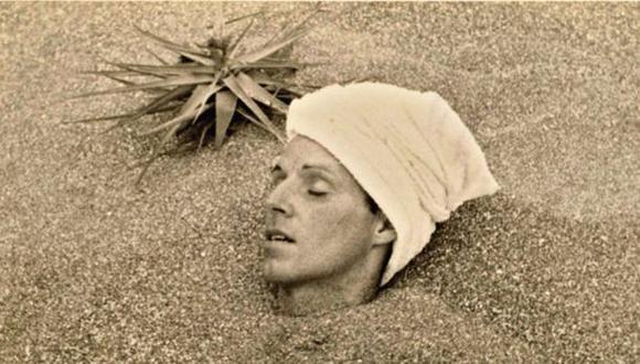 Ca. 1935. César Moro con el cuerpo enterrado en arena hasta el cuello. El autor de la fotografía se desconoce; el lugar, también. (Foto: The Getty Research Institute)