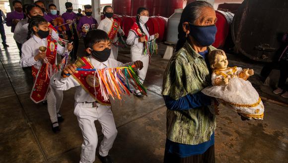 El calendario de fiestas religiosas en Chincha es nutrido. Los hatajos de negritos acompañan las ceremonias, especialmente en el Día de Melchorita, en enero. En este caso, no observamos una festividad religiosa, sino el aniversario de la bodega Chinchaysuyo, una de las más antiguas. (Foto: Luis Miranda / Somos)