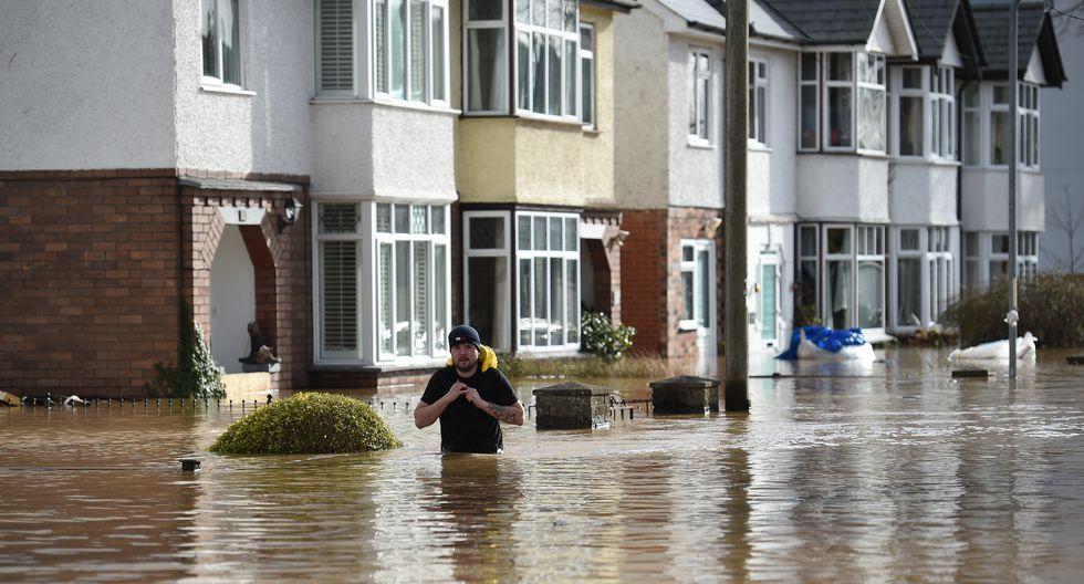 Un hombre camina por una calle inundada en Hereford, oeste de Inglaterra. (Foto: AFP)