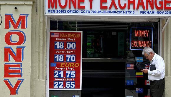 El dólar se cotizaba en 19,8 pesos en México este miércoles. (Foto: AFP)
