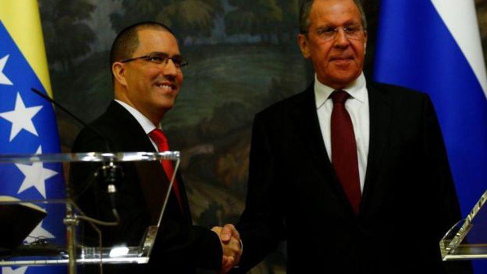 El canciller venezolano, Jorge Arreaza (i), visitó Moscú y se entrevistó con el ministro ruso de Exteriores, Serguéi Lavrov.