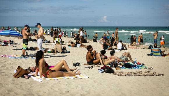 La gente se reúne en una playa en en Miami Beach, Florida, Estados Unidos. (Foto: Eva Marie Uzcategui / Bloomberg).