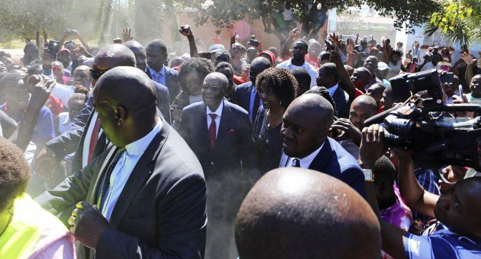 Alrededor de 5,5 millones de personas estaban registradas para votar. Docenas de personas esperaban en fila en el exterior de muchos centros de votación en la capital, Harare. (Foto: AP)