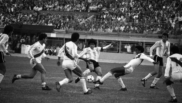 Diego Maradona rodeado de camisetas peruanas. El '10' intenta patear y cerca están atentos Reyna, Díaz, Olaechea y Gastulo. Observan Valdano y Pasculli. (Foto: Archivo Histórico de El Comercio)