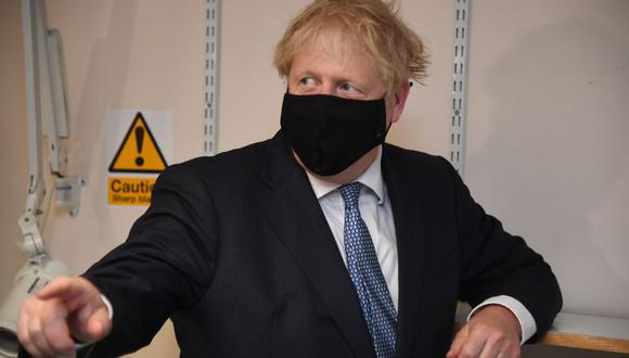 El primer ministro británico, Boris Johnson, hace gestos durante su visita al Centro Médico Tollgate en Becton, este de Londres. (AFP/Jeremy Selwyn).