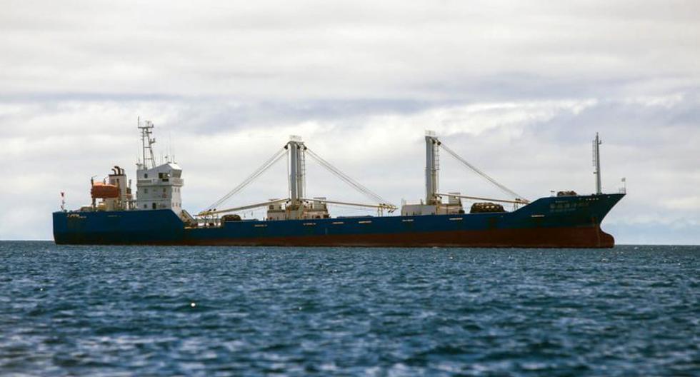 Esta foto del 2017 muestra un buque pesquero de bandera china que la armada de Ecuador incautó en la reserva marina de Galápagos. Las autoridades encontraron 300 toneladas de pescado, en su mayoría tiburones, a bordo. (Foto: Juan Cevallos/AFP/Getty Images)