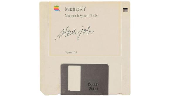 La firma, algo borrosa, se mantiene intacta en una unidad de almacenamiento de la Macintosh. (Foto:  RR Auction)