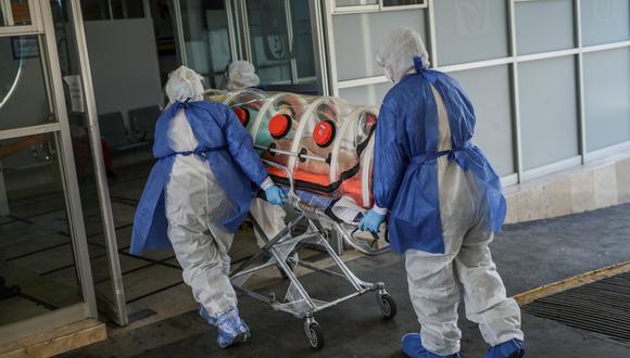 Coronavirus en México   Ultimas noticias   Último minuto: reporte de infectados y muertos miércoles 3 de junio del 2020   Covid-19   Los paramédicos de la Cruz Roja llevan a un paciente sospechoso de estar infectado con coronavirus al Hospital General Venados (Foto: PEDRO PARDO / AFP)