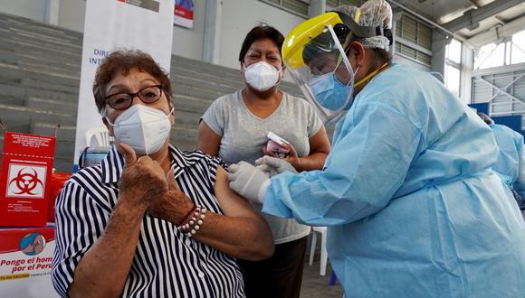 El ministro de Salud, Óscar Ugarte, indicó que brigadas de vacunación acudirán a las casas de las personas que no puedan desplazarse hasta su local de inmunización. (Foto: Minsa))