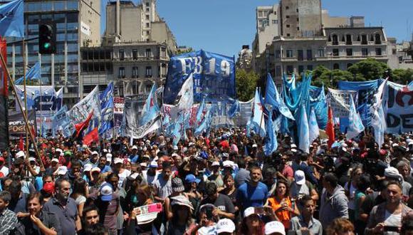 """Miles de trabajadores se manifiestan este miércoles en Buenos Aires (Argentina), """"frustrados por la falta de respuesta del Gobierno"""". (Foto: EFE)"""