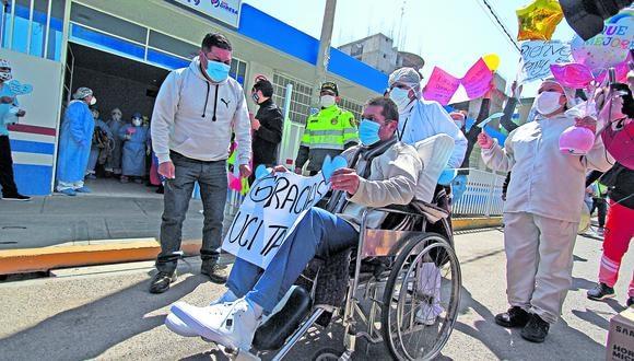 Junín: sus familiares y sus colegas lo esperaron, a su salida del hospital, con pancartas de frases motivadoras.
