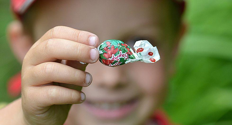 Aprovechando que todos tenían los ojos cerrados, uno de los pequeños se coloca un anillo de caramelo en uno de sus dedos índice. (Foto: Pixabay/ Referencial)