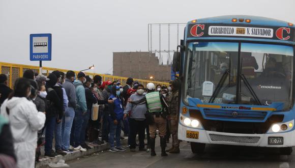 El hacinamiento en los buses y paraderos es el nuevo flanco que se ha abierto en la lucha contra el coronavirus (Foto: Violeta Ayasta)