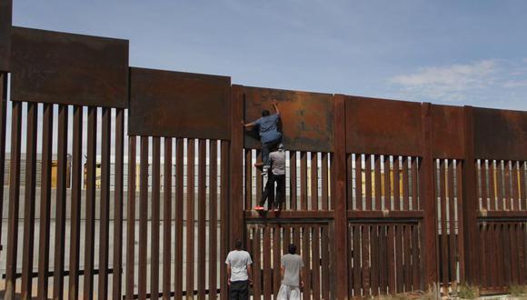Imagen muestra a un joven cruzando el muro fronterizo con México en menos de dos minutos, en Texas. (Foto referencial: AFP)