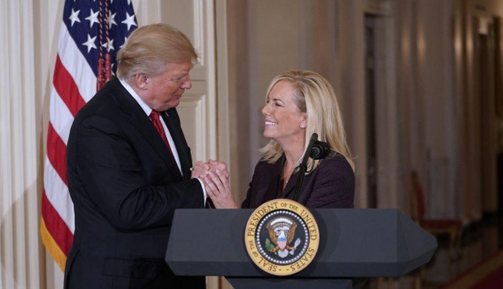 El presidente de los Estados Unidos, Donald Trump, se da la mano con Kirstjen Nielsen después de haberla nombrado como Secretaria de Seguridad Nacional el 12 de octubre de 2017. (Foto: AFP)