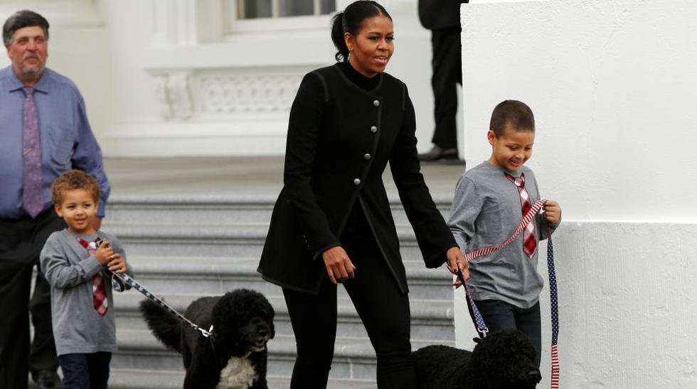 Michelle Obama recibe árbol navideño que adornará Casa Blanca - 1