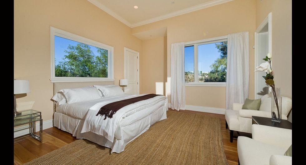 En el dormitorio se mantienen los tonos claros y los pisos de madera. Se usa el color blanco para mantener armonía entre la cama, muebles, ventanas y cortinas.(Foto: Sotheby International Realty)