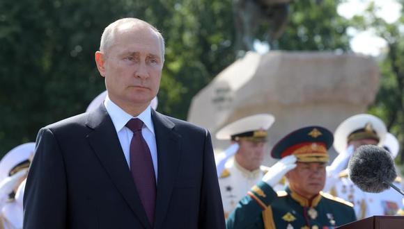 El presidente ruso, Vladimir Putin, asiste al desfile por el Día de la Armada de Rusia en San Petersburgo. (EFE / EPA / ALEXEI DRUZHININ / SPUTNIK).